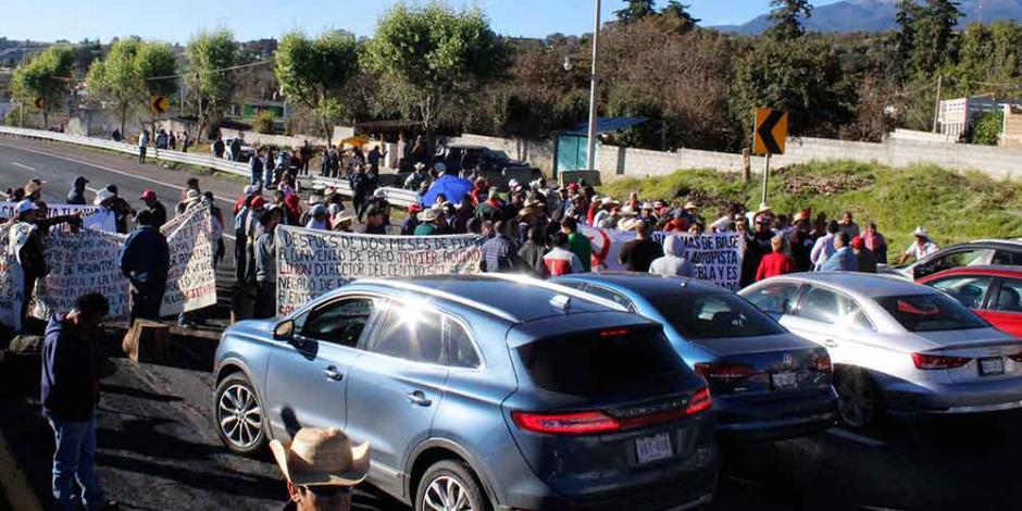 Ejidatarios bloquean ambos sentidos de la México-Puebla