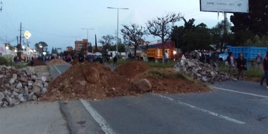 Bloquean transportistas accesos a la ciudad de Oaxaca