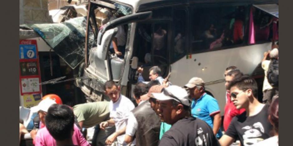 Autobús se queda sin frenos y arrolla 11 autos en Valle de Bravo; hay 3 muertos