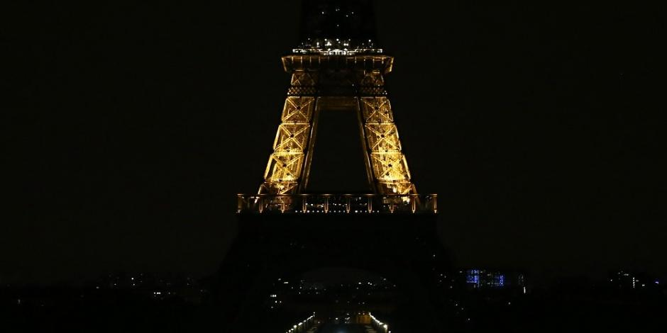 Torre Eiffel apaga su iluminación por víctimas de atentado de Pittsburg