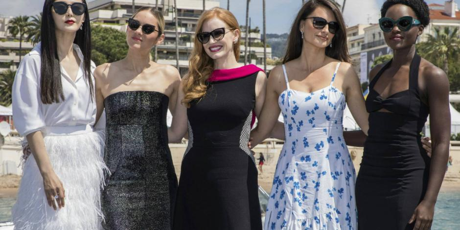 Lupita Nyong'o y Penelope Cruz promueven filme a lo James Bond