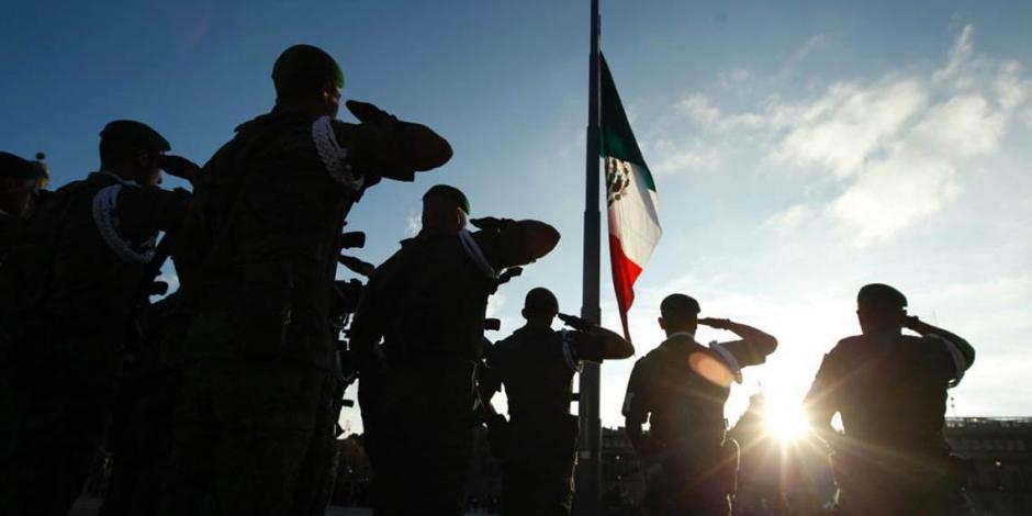 FOTOS: Izan bandera en Zócalo en memoria del 2 de octubre