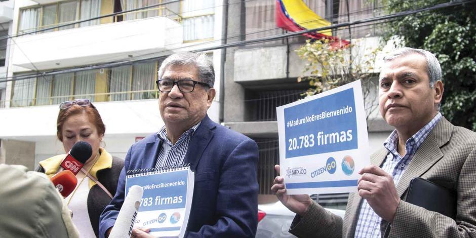 Entregan 20 mil firmas en repudio a Maduro