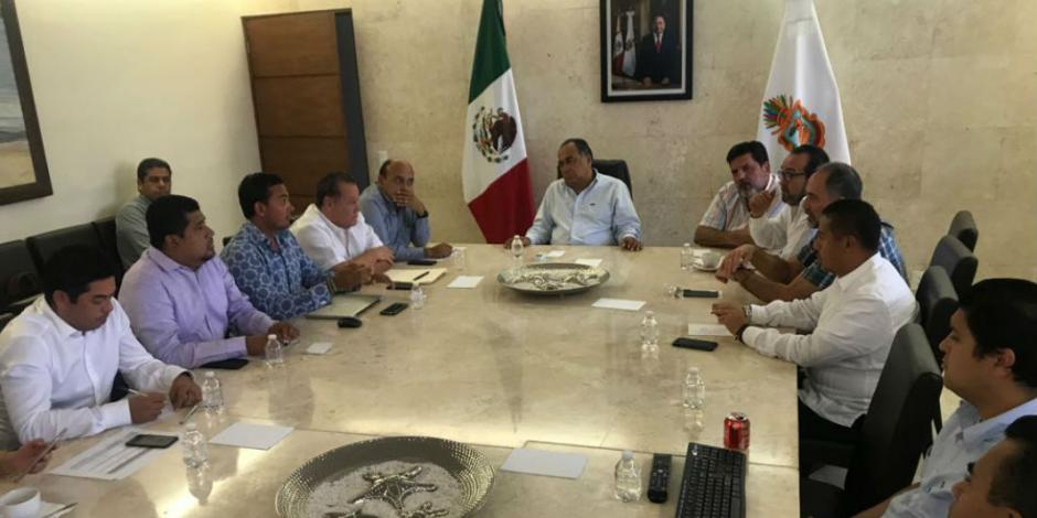 Se reúne Astudillo con Comité de Paseo del Pescador, Playa Manzanillo