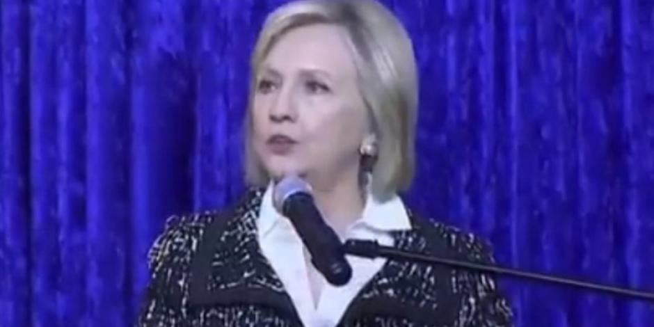 Hillary Clinton dice estar bien; EU vive tiempos difíciles, señala