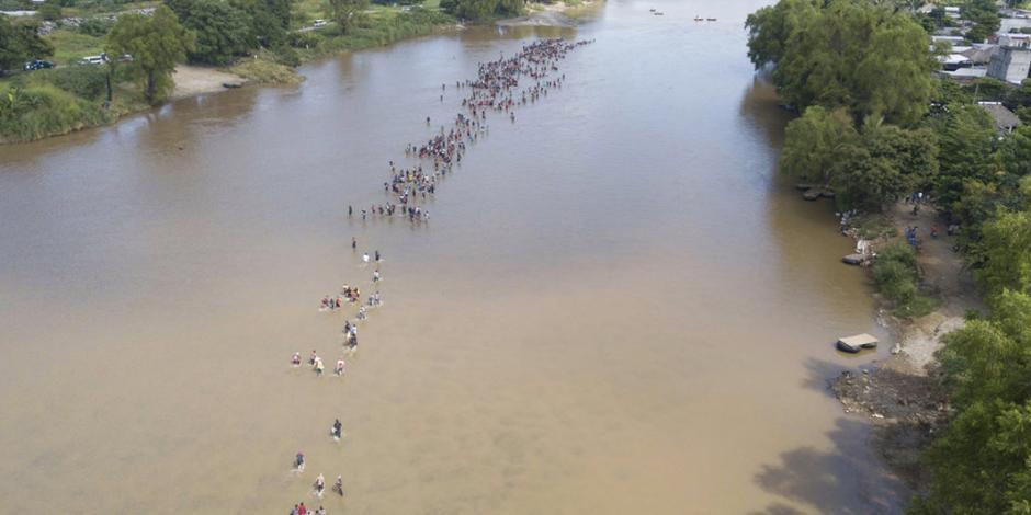 FOTOS: Segunda caravana desafía corrientes en Suchiate y avanza a México