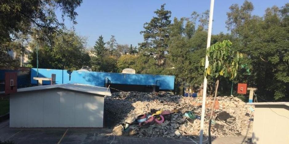 Tras bloqueo, remueven escombros de escuela dañada por el sismo