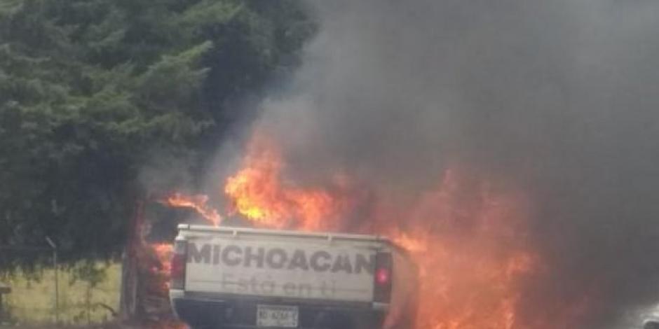 Pobladores de Capacuaro queman camioneta del gobierno de Michoacán