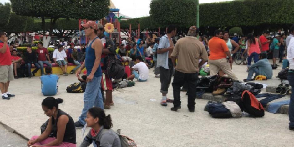 Migrantes centroamericanos abarrotan la plaza de Suchiate, Chiapas