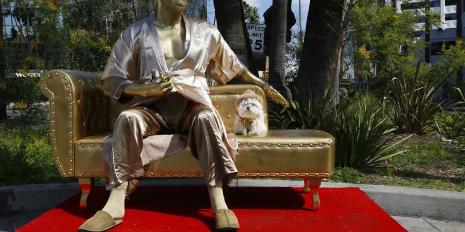 """Instalan el """"Sofa de Casting"""" de Weinstein ante premios Oscar en Hollywood"""