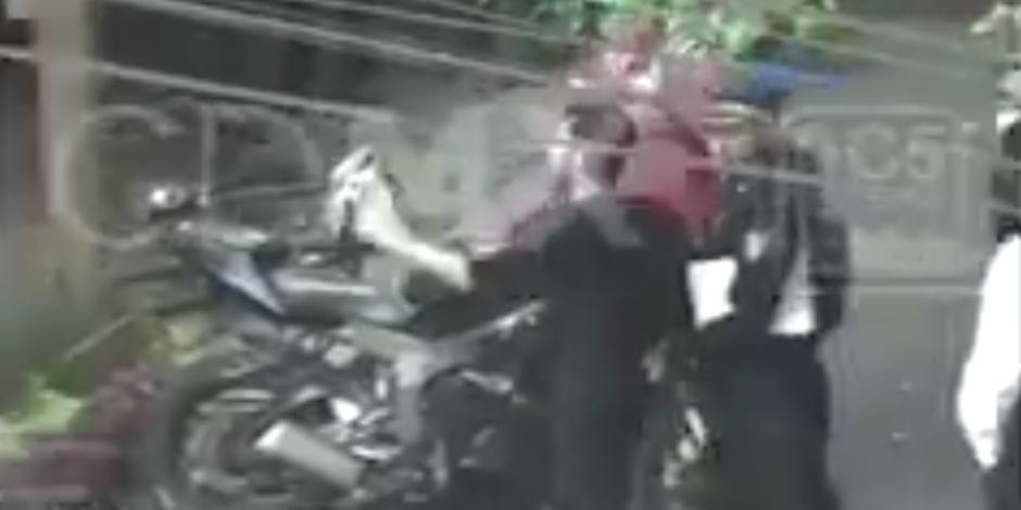 VIDEO: Policías y ciudadanos persiguen y detienen al agresor de actriz en La Condesa