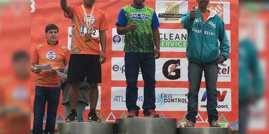 Tarahumara corre maratón para cubrir estudios de su esposa