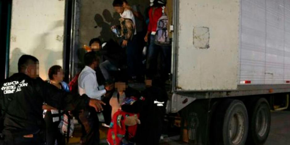 Rescatan a 89 migrantes hacinados dentro de tráiler en Tabasco