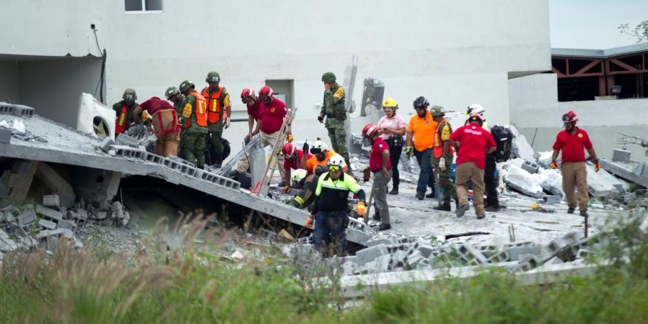 Sigue búsqueda de persona atrapada en plaza que colapsó en Monterrey