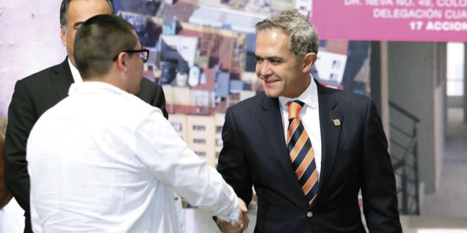 Tras pedir licencia va Mancera a gira nacional
