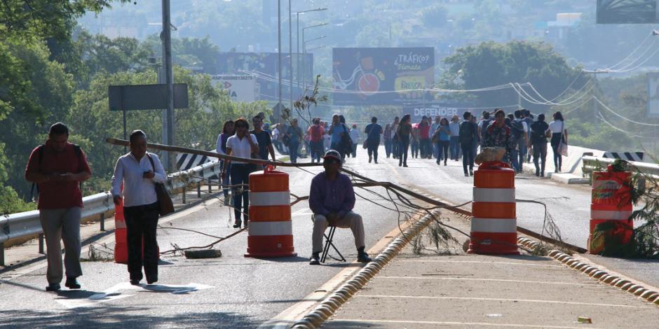 Ahora, CNTE cierra accesos al aeropuerto de Oaxaca