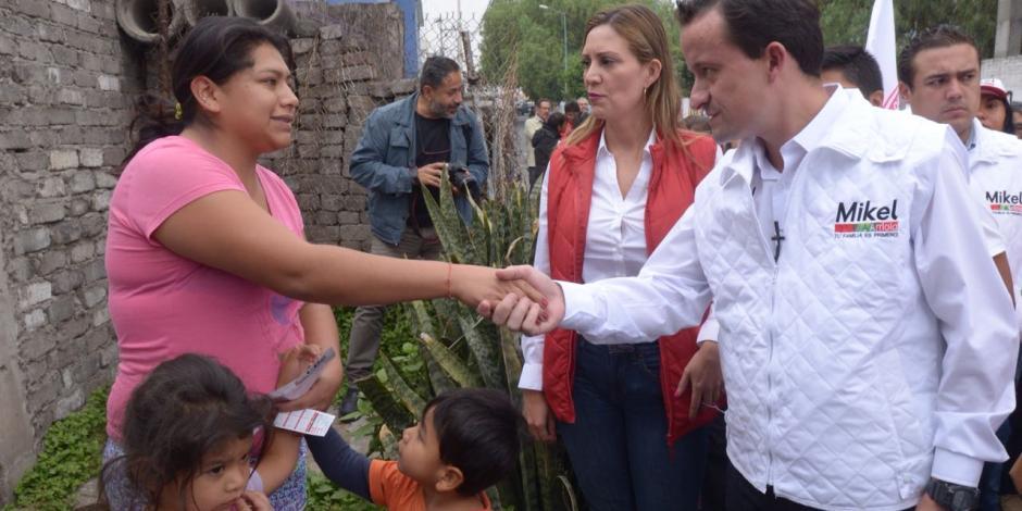 Lolbe Peraza, candidata a alcaldesa, recorre Iztapalapa con Mikel Arriola