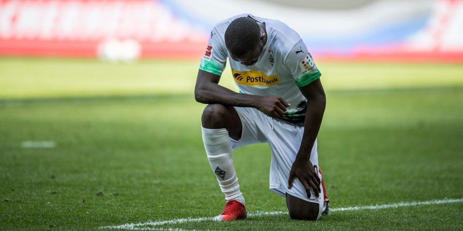 Jugador del Gladbach protesta contra el racismo en la celebración de un gol (VIDEO)