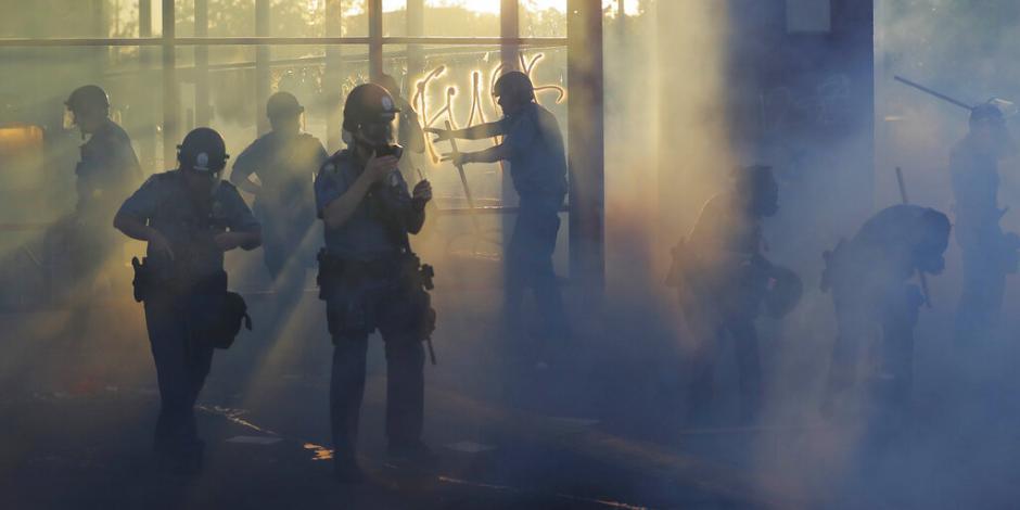 policías lanzan gas a protestantes en EU