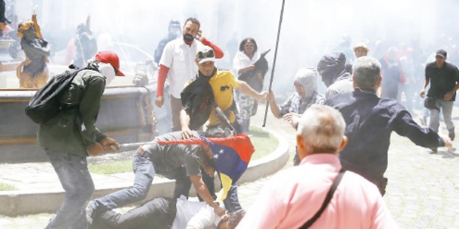 Turba chavista ataca con tubos a 12 del congreso