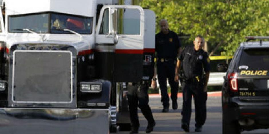 Hallan a 8 muertos en remolque que traficaba personas en Texas
