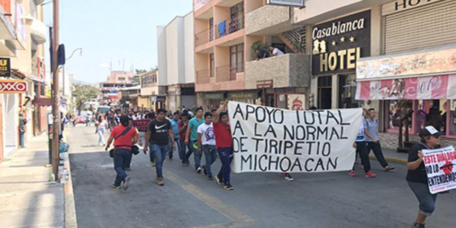 Normalistas de Ayotzinapa realizan marcha en Guerrero