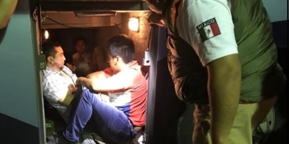 Rescatan a 7 guatemaltecos que viajaban en un maletero en SLP