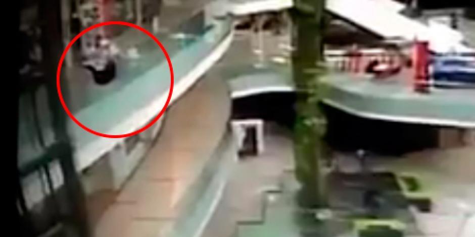 VIDEO: Cae hombre desde el segundo piso de Plaza Lomas Verdes en Naucalpan