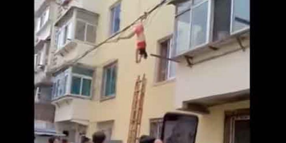 VIDEO: Una mujer intentó escapar de la casa de su amante y así terminó