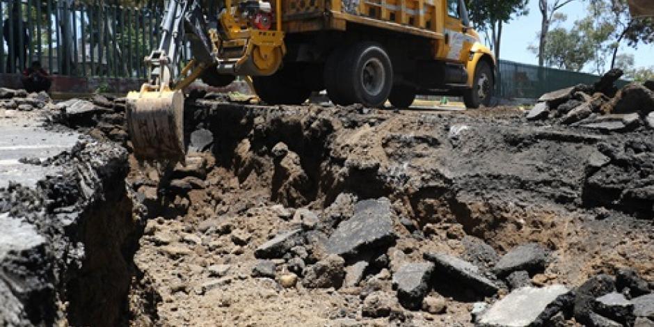 Reparan socavón formado en la avenida Eduardo Molina