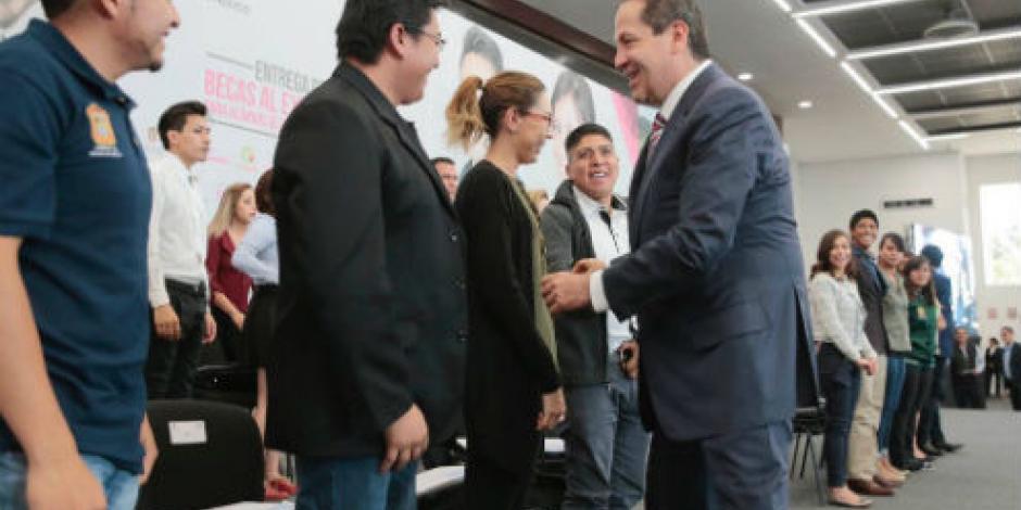 Entrega Eruviel Ávila becas a 600 jóvenes para estudiar en el extranjero