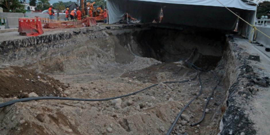 Solución a socavón en Paso Exprés, construir nuevo puente, informa la SCT