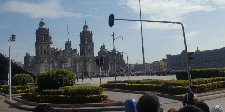 Familias apartan lugar en el Zócalo para presenciar desfile
