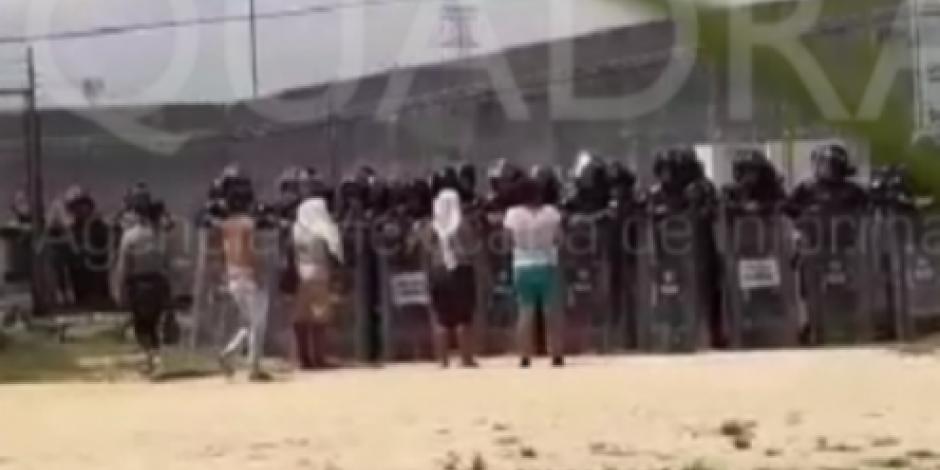 Familiares de reos lanzan piedras y palos a policías tras riña en penal en Acapulco