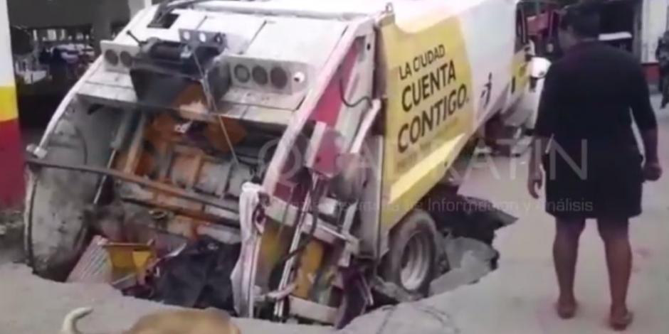 Otro socavón se come camión en Acapulco