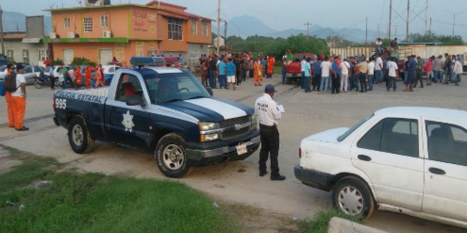 Grupos antagónicos se pelean por limpiar refinería que se quemó en Oaxaca