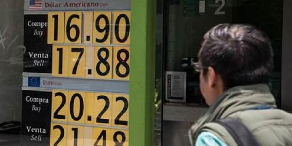 Cierra el dólar a la venta en 18.04 pesos