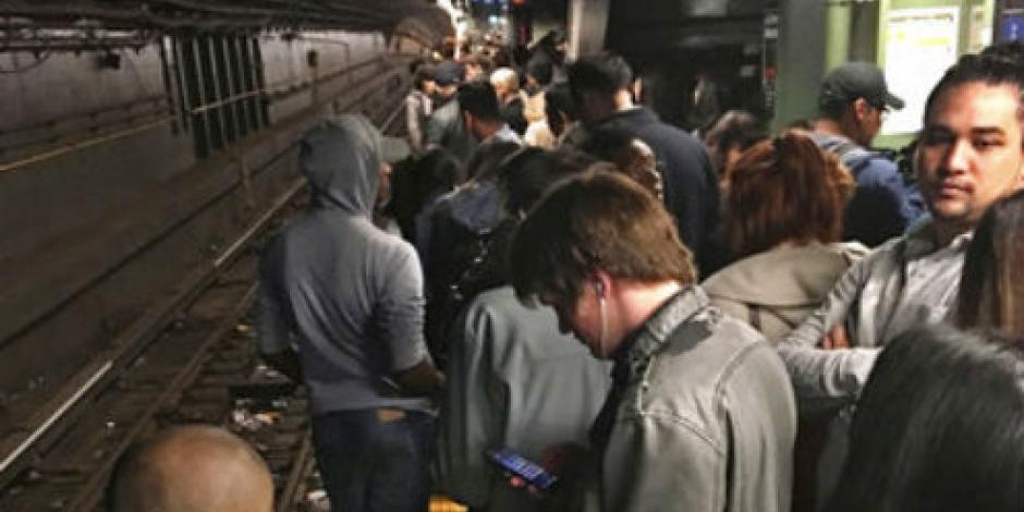 Hombre avienta a una mujer a los rieles del Metro de NY