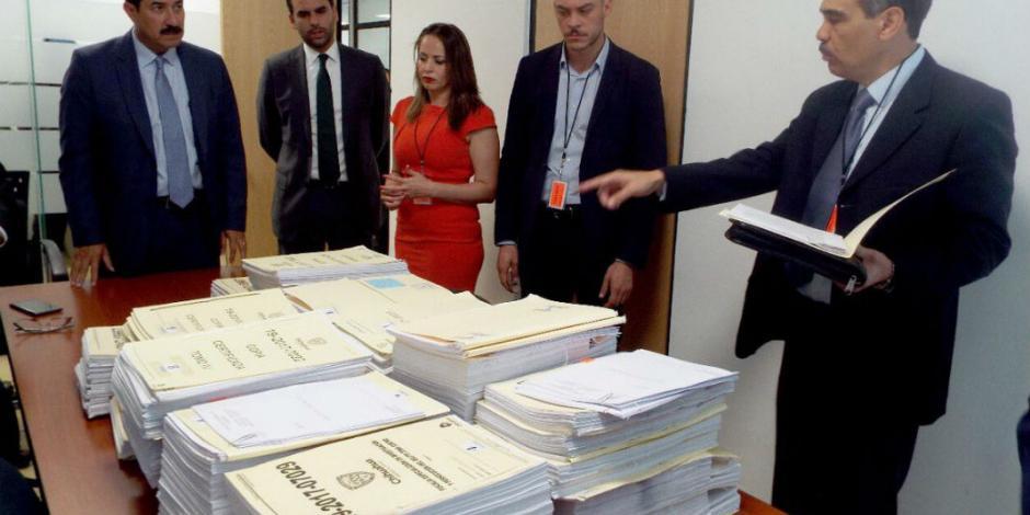 Presenta Corral ante PGR 10 denuncias contra César Duarte