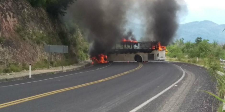 Normalistas de Ayotzinapa toman caseta de Tixtla; queman autobús