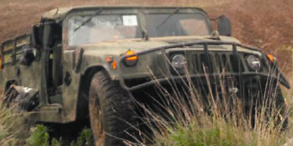 Tráiler golpea vehículo militar;   muere 1 efectivo