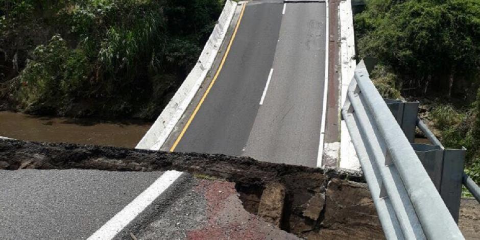 Tras sismo de 7.1, colapsa puente vehicular en la México-Acapulco