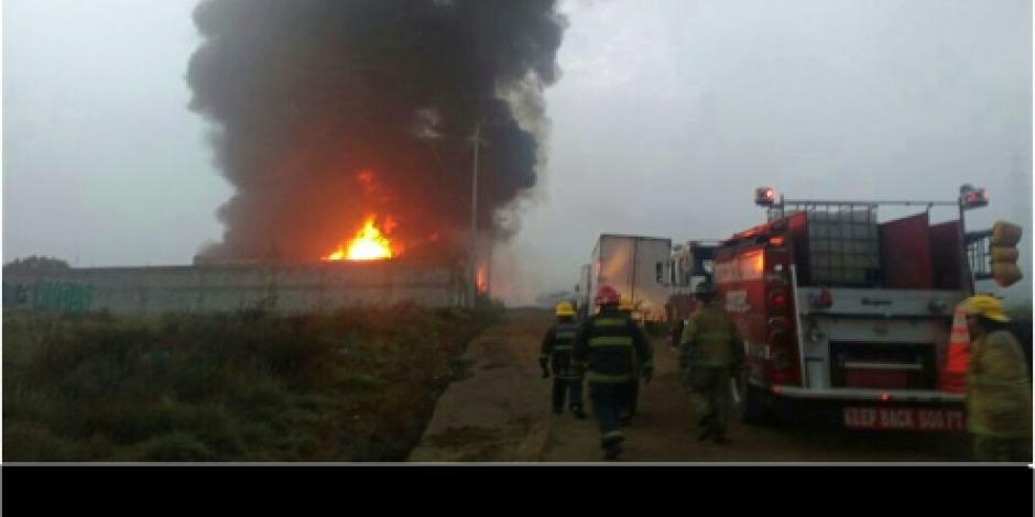 Bomberos atienden incendio en bodega de Huehuetoca, Edomex