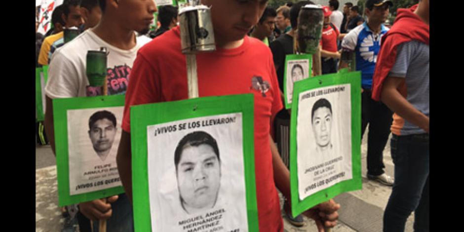 Padres de los 43 normalistas de Ayotzinapa marchan sobre Reforma