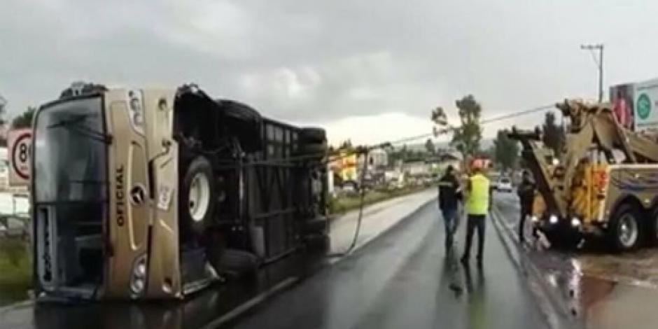 Vuelca autobús que transportaba alumnos de Tlaxcala, hay más de 50 heridos