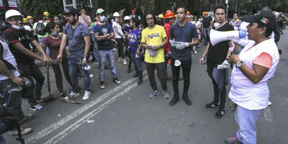 Millennials se vuelcan a las calles para brindar su esfuerzo solidario