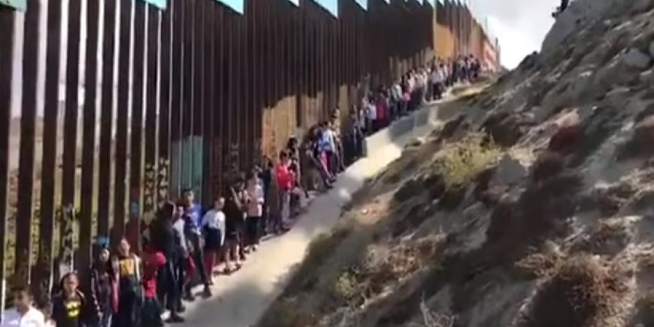 VIDEO: Niños cantan <em>Cielito Lindo</em> en la frontera entre EU y México