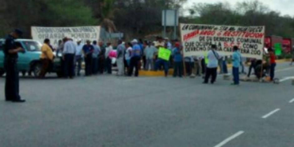 Comuneros bloquean carretera al aeropuerto de Huatulco