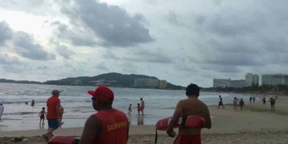 Buscan cuerpo de joven desaparecido en playa Revolcadero, Acapulco