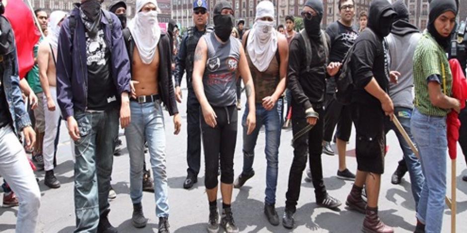 Se enfrentan policías y encapuchados en el Zócalo a donde llegará marcha Orgullo Gay